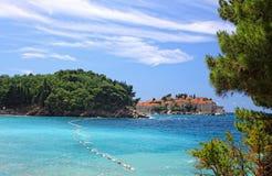 在Sveti斯蒂芬海岛,黑山附近的天蓝色的盐水湖 免版税图库摄影