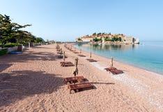 Sveti Stefan海运小岛和海滩(Montenegro) 免版税库存图片