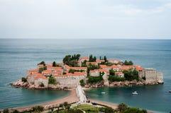 Sveti Stefan är en liten holme på den Adriatiska havet kusten av Montenegr Arkivfoton