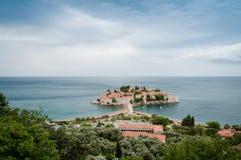 Sveti Stefan är en liten holme på den Adriatiska havet kusten av Montenegr Royaltyfria Foton