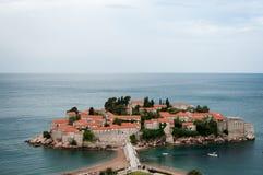 Sveti Stefan är en liten holme på den Adriatiska havet kusten av Montenegr Fotografering för Bildbyråer