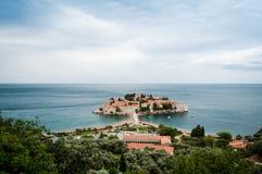 Sveti Stefan är en liten holme på den Adriatiska havet kusten av Montenegr Royaltyfria Bilder