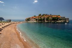 Sveti Stefan ö i Budva i en härlig sommardag, Monteneg royaltyfri foto
