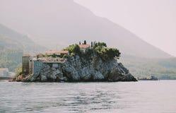 Sveti Stefan - eiland en toevlucht in Montenegro stock foto