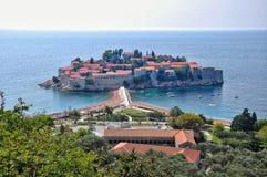 Sveti Stefan est une petite station de vacances d'îlot sur la côte adriatique du MOIS Photographie stock libre de droits