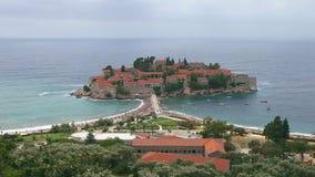 Sveti Stefan Insel Montenegro Kippen herauf Schusszeitlupe Schattenbild des kauernden Geschäftsmannes Schöne Szene des adriatisch stock footage