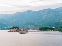 Sveti Stefan Island, Ansicht vom Strand von Crvena Glavica mont Lizenzfreie Stockfotografie