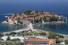 Sveti Stefan Island en la costa del mar adriático en Montenegro Fotos de archivo