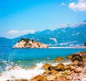 Sveti Stefan Island in Montenegro in adriatischem Meer stockfotografie