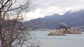 Sveti Stefan Island, visión desde la playa de Crvena Glavica mont metrajes