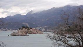 Sveti Stefan Island, visión desde la playa de Crvena Glavica mont almacen de video