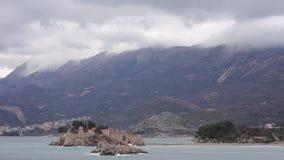 Sveti Stefan Island, visión desde la playa de Crvena Glavica mont almacen de metraje de vídeo