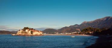 Sveti Stefan, liten holme och semesterort i Montenegro fotografering för bildbyråer