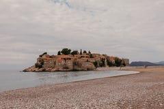 Sveti Stefan raju i wyspy dziejowy grodzki piasek wyrzuca? na brzeg Budva, Montenegro zdjęcie stock