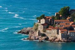 Sveti Stefan wyspa - kurort Montenegro, blisko Budva, powabnego nadmorski hideaway kurortu z, bujny ziemiami i Adriatyckiego morz zdjęcia royalty free