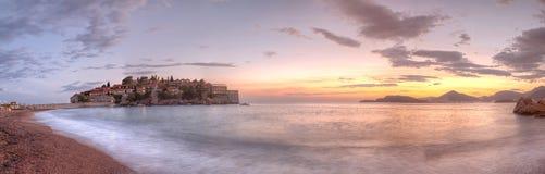 Sveti Stefani bij zonsondergang die, Montenegro wordt verrast stock foto