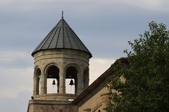 Svetitskhoveli-Kirchenglocketurm in Georgia lizenzfreie stockfotos