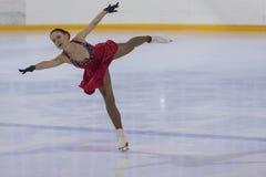 Svetlana Komarova von Weißrussland führt erwachsene Damen-freien den Eislauf der Vor-Bronze-Klassen-III durch Lizenzfreie Stockfotografie