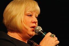 Svetlana Kryuchkova op het Estrada theaterstadium die en poëzie zingen lezen Stock Fotografie