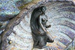 Svetlogorsk,俄罗斯 在一个水槽的一铜雕塑`若虫`从颜色马赛克 免版税库存图片