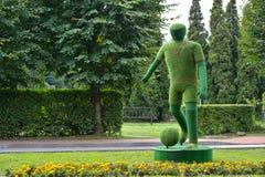 Svetlogorsk,俄罗斯 在正方形的Topiarny雕塑`足球运动员` 库存照片