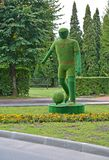 Svetlogorsk,俄罗斯 在街道上的Topiarny雕塑`足球运动员` 图库摄影