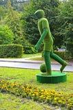 Svetlogorsk,俄罗斯 放牧雕塑`足球运动员`,侧视图 免版税库存照片