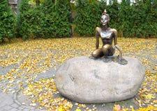 Svetlogorsk,俄罗斯 铜雕塑` Tsarevna在秋天的青蛙` 库存照片