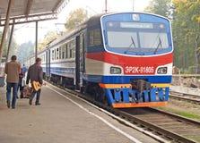 Svetlogorsk,俄罗斯 ER2K-91805系列的电车花费在平台 晴朗蓝色日房子加里宁格勒地区屋顶俄国的夏天 免版税库存图片