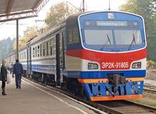 Svetlogorsk,俄罗斯 ER2K-91805系列的电车花费在Svetlogorsk平台 晴朗蓝色日房子加里宁格勒地区屋顶俄国的夏天 库存照片