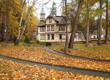 SVETLOGORSK, RUSSI 一个古国房子的看法在秋天天 图库摄影