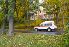 Svetlogorsk, Россия Автомобиль непредвиденного медицинского обслуживания идет на улицу осени Стоковое фото RF