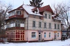 SVETLOGORSK KALININGRAD REGION, RYSSLAND - FEBRUARI 13, 2011: Gammal tidigare tysk byggnad i den berömda rysshavssemesterorten Sv arkivfoto