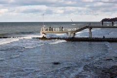 SVETLOGORSK, RÉGION DE KALININGRAD, RUSSIE - 13 FÉVRIER 2011 : Touristes sur une longue jetée regardant la mer baltique Photos stock