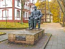 Svetlogorsk, Rússia Monumento ao acadêmico mim P Pavlov na tarde do outono fotografia de stock