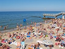 Svetlogorsk, Rússia Os povos tomam sol na praia Foto de Stock