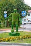 Svetlogorsk, Rússia Um ` do jogador de futebol do ` da escultura da grama na rua Foto de Stock