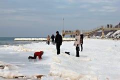 SVETLOGORSK, REGIÃO DE KALININGRAD, RÚSSIA - 27 DE FEVEREIRO DE 2011: Povos que gastam o lazer na costa de mar Báltico Fotos de Stock Royalty Free