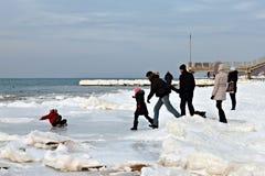 SVETLOGORSK, REGIÃO DE KALININGRAD, RÚSSIA - 27 DE FEVEREIRO DE 2011: Povos que gastam o lazer na costa de mar Báltico Fotos de Stock