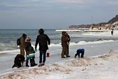 SVETLOGORSK, REGIÃO DE KALININGRAD, RÚSSIA - 27 DE FEVEREIRO DE 2011: Povos que gastam o lazer na costa de mar Báltico Fotografia de Stock