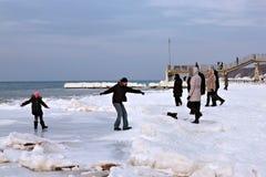 SVETLOGORSK, REGIÓN DE KALININGRADO, RUSIA - 27 DE FEBRERO DE 2011: Gente que pasa ocio en la costa de mar Báltico Imagen de archivo