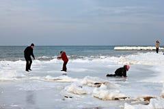 SVETLOGORSK, REGIÓN DE KALININGRADO, RUSIA - 27 DE FEBRERO DE 2011: Gente que pasa ocio en la costa de mar Báltico Imágenes de archivo libres de regalías