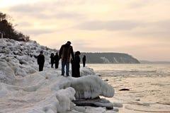 SVETLOGORSK, REGIÓN DE KALININGRADO, RUSIA - 27 DE FEBRERO DE 2011: Vista de la puesta del sol del mar Báltico Fotografía de archivo libre de regalías