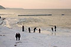 SVETLOGORSK, REGIÓN DE KALININGRADO, RUSIA - 27 DE FEBRERO DE 2011: Vista de la puesta del sol del mar Báltico Imágenes de archivo libres de regalías