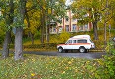 Svetlogorsk, Rusland De auto van medische hulp bij noodgevallen gaat op de de herfststraat royalty-vrije stock foto