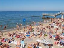 Svetlogorsk, Rusland De mensen zonnebaden op het strand Stock Foto