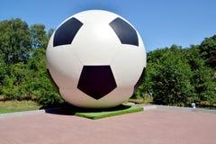 Svetlogorsk, Rusland Decoratief beeldhouwwerkvoetbal royalty-vrije stock afbeeldingen
