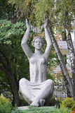 Svetlogorsk, Rusland Een beeldhouwwerk de zittingsvrouw met de opgeheven handen stock afbeelding