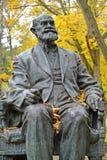 Svetlogorsk, Rusland Fragment van een monument aan academicus I P Pavlov in de herfst stock fotografie