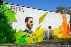 Svetlogorsk, Rusland Graffiti met een portret van de Servische voetbalster Branislav Ivanovich De Wereldbeker van FIFA 2018 in Ru stock foto's